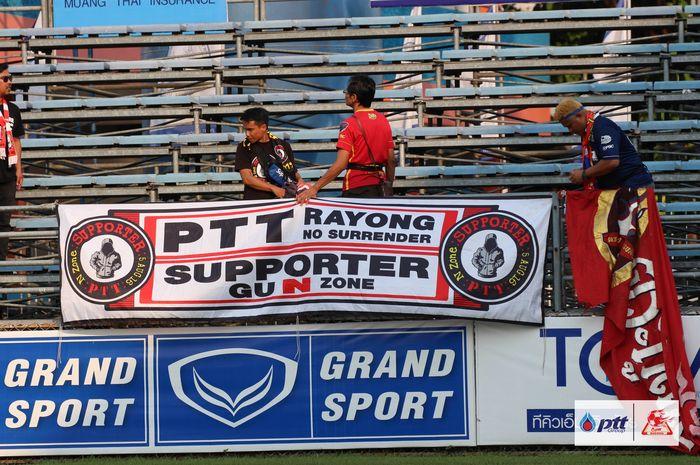 Suporter PTT Rayong yang melakoni tur ke Stadion PAT di Bangkok pada lanjutan Liga Thailand 1 2019 saat timnya dijamu Port FC, Minggu (17/3/2019).
