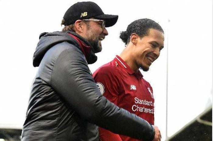 Pelatih Liverpool, Juergen Klopp, merayakan kemenangan timnya bersama Virgil van Dijk seusai laga Liga Inggris melawan Fulham di Stadion Craven Cottage, Minggu (17/3/2019).