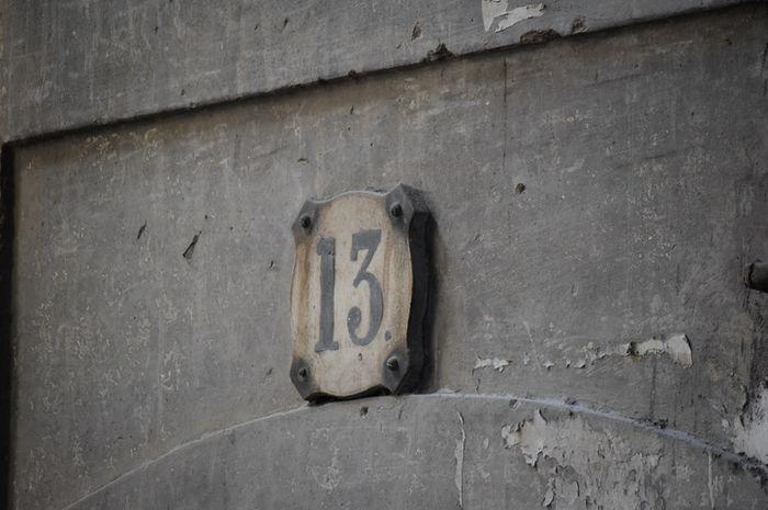 13 dianggap sebagai angka sial.