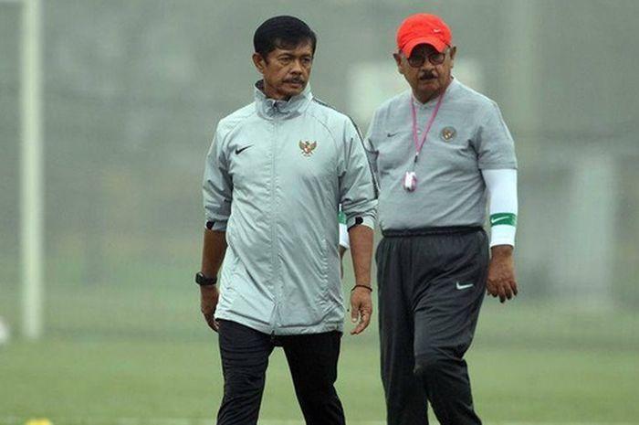 Pelatih Timnas U-23 Indonesia Indra Sjafri saat memantau latihan skuatnya di Pusat Pelatihan VFF, Rabu (20/3/2019).