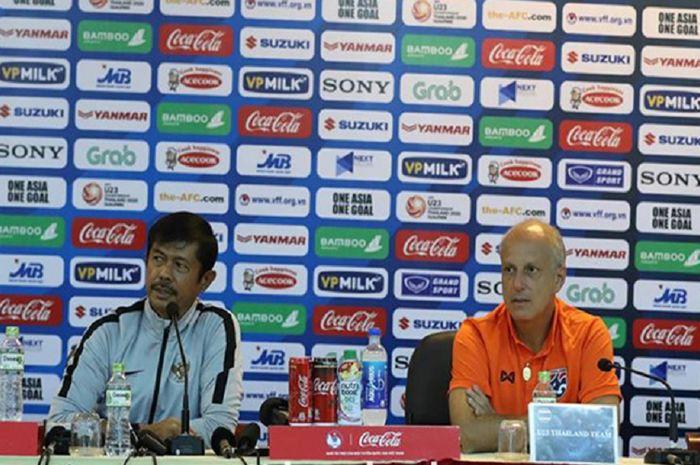 Pelatih Timnas U-23 Indonesia Indra Sjafri (kiri) mendapat giliran bicara dalam konferensi pers bersama Pelatih Timnas U-23 Thailand Alexandre Gama di Hanoi, Vietnam, Kamis (21/3/2019).