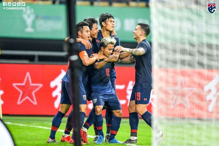 Pemain timnas Thailand merayakan gol Chanathip Songkrasin ke gawang China dalam partai China Cup di Nanning, 21 Maret 2019.