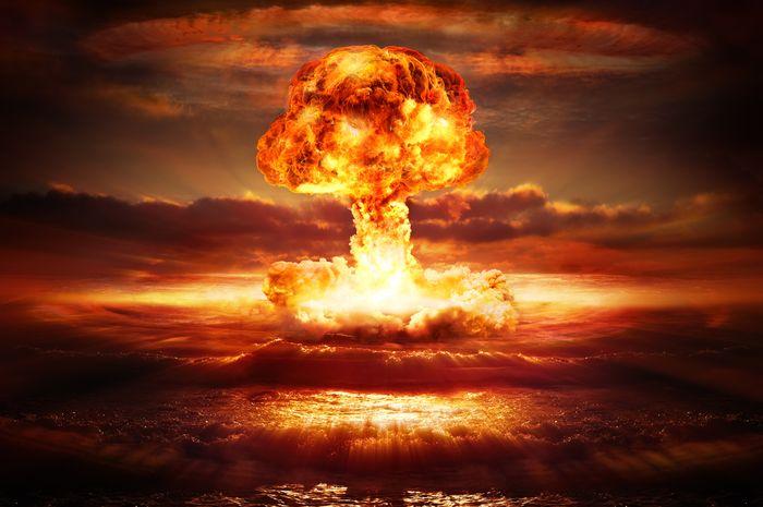 Ledakan bom nuklir di lautan.