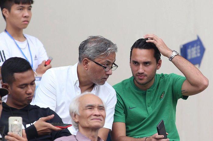 Ezra Walian berada di bangku penonton saat laga timnas U-23 Indonesia Vs Thailand