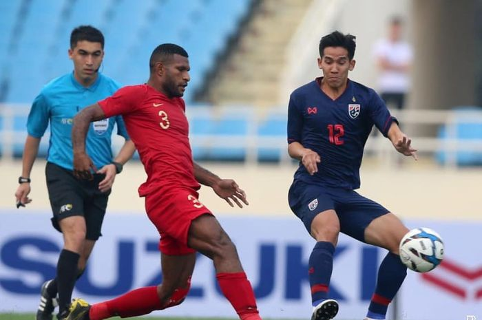Striker timnas U-23 Indonesia, Marinus Wanewar, saat berebut bola dengan pemain Thailand di Kualifikasi Piala Asia U-23 2020.