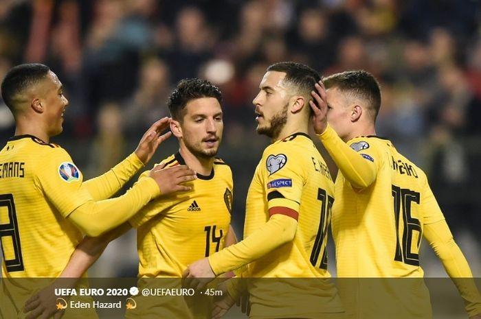 Eden Hazard merayakan gol penaltinya bersama rekan-rekan saat mengalahkan Rusia pada pertandingan pertama kualifikasi Piala Eropa 2020