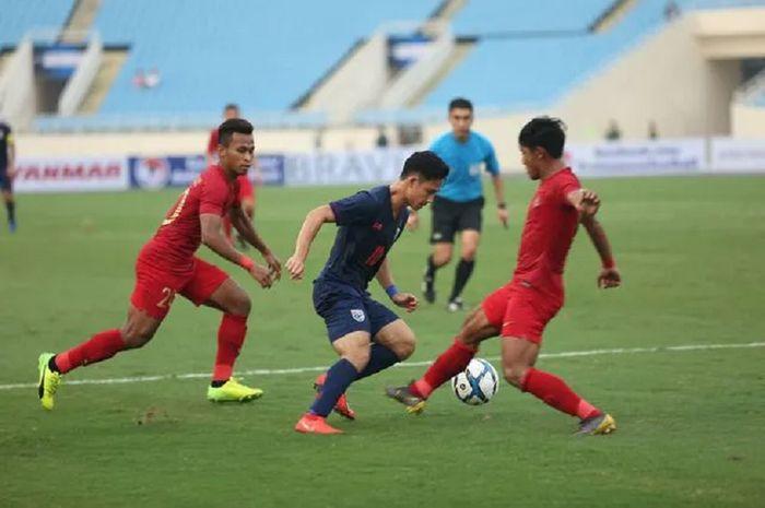 Dua pemain Timnas U-23 Indonesia mengapit pemain Timnas U-23 Thailand dalam laga perdana Grup K Kualifikasi Piala Asia U-23 2020 di Stadion Nasional My Dinh, Hanoi, Vietnam, Jumat (22/3/2019) sore WIB.
