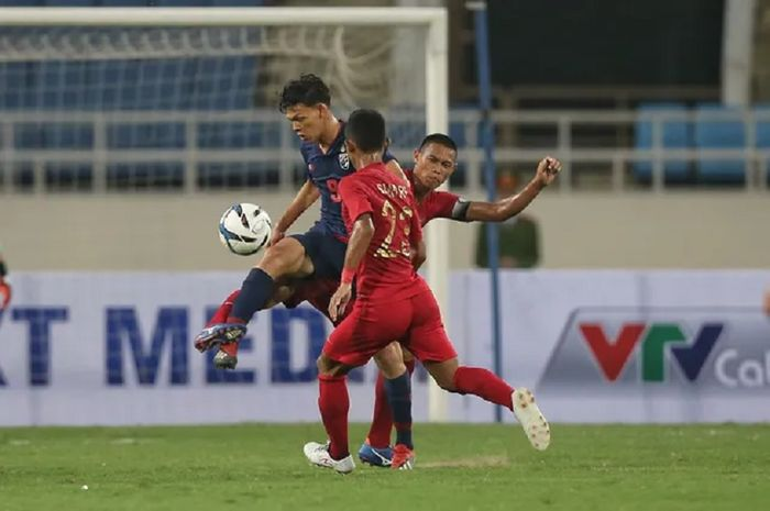 Striker Timnas U-23 Thailand Supachai Jaided (kiri) diapit dua pemain Timnas U-23 Indonesia dalam laga perdana Kualifikasi Piala Asia U-23 2020, Jumat (22/3/2019), di Stadion Nasional My Dinh, Hanoi, Vietnam.