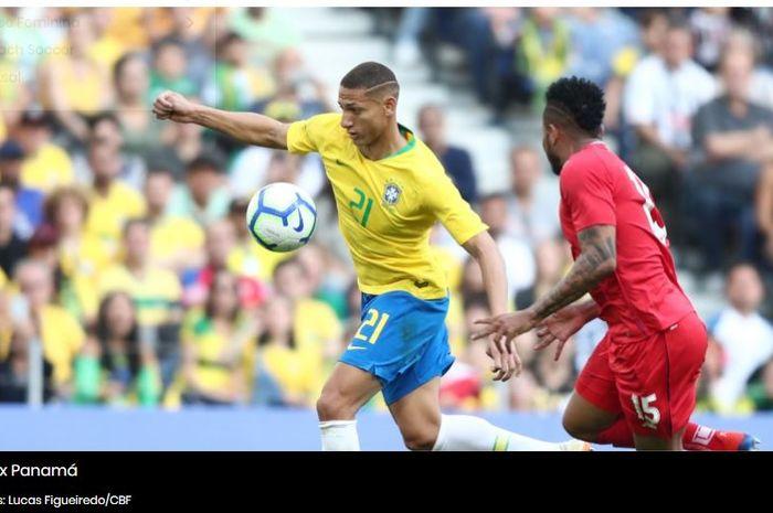 Pemain timnas Brasil, Richarlison, beraksi pada laga kontra Panama di Estadio Dragao, Porto, Portugal pada Sabtu (23/3/2019).