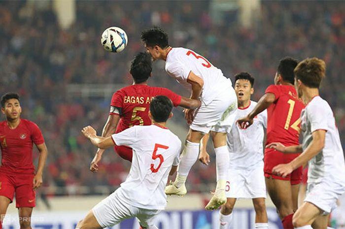 Pemain timnas U-23 Indonesia, Bagas Adi Nugroho, berduel dengan pemain timnas Vietnam pada laga kedua Kualifikasi Piala Asia U-23 2020, Minggu (24/3/2019).