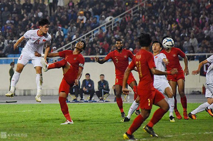 Para Pemain Timnas U-23 Indonesia Berebut Bola dengan Pemain-pemain Timnas U-23 Vietnam di Pertandingan Kedua Grup K Kualifikasi Piala Asia U-23 2020 di Stadion My Dinh, Hanoi, Minggu (24/3/2019).