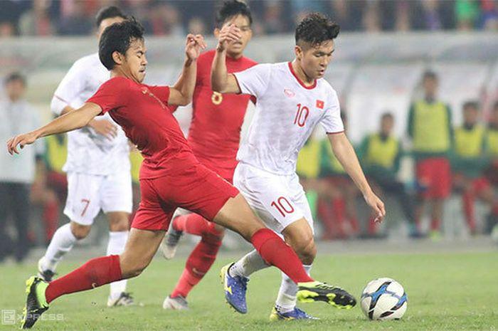 Pemain timnas U-23 Indonesia, Luthfi Kamal (kiri), berebut bola dengan pemain Vietnam pada laga kedua Kualifikasi Piala Asia U-23 2020, Minggu (24/3/2019).