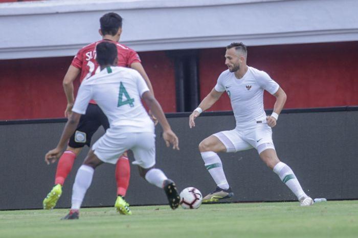 Striker timnas Indonesia, Ilija Spasojevic, menggiring bola saat melawan Bali United pada laga uji coba di Stadion Kapten I Wayan Dipta, Bali, Rabu (20/3/2019).