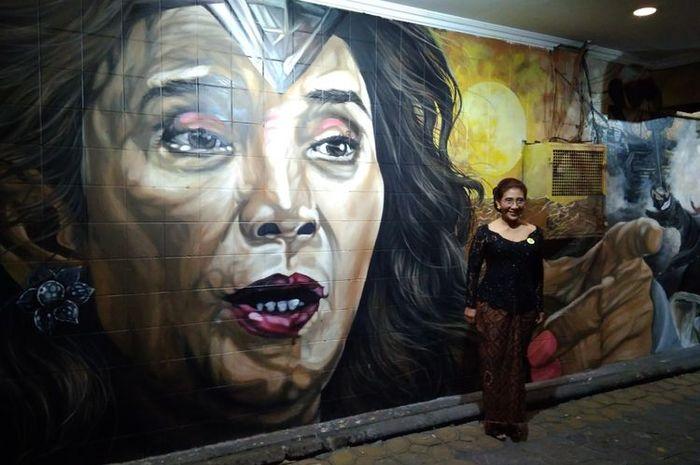 Menteri Kelautan dan Perikanan Susi Pudjiastuti melihat lukisan mural di Jalan Slamet Riyadi, Solo, Rabu (20/9/2017)
