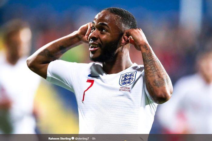 Winger timnas Inggris, Raheem Sterling, bereaksi saat ada ejekan rasialis pada laga kualifikasi Piala Eropa 2020 melawan Montenegro, Selasa (26/3/2019) di Stadion Stadion Pod Goricom, Podgorica.