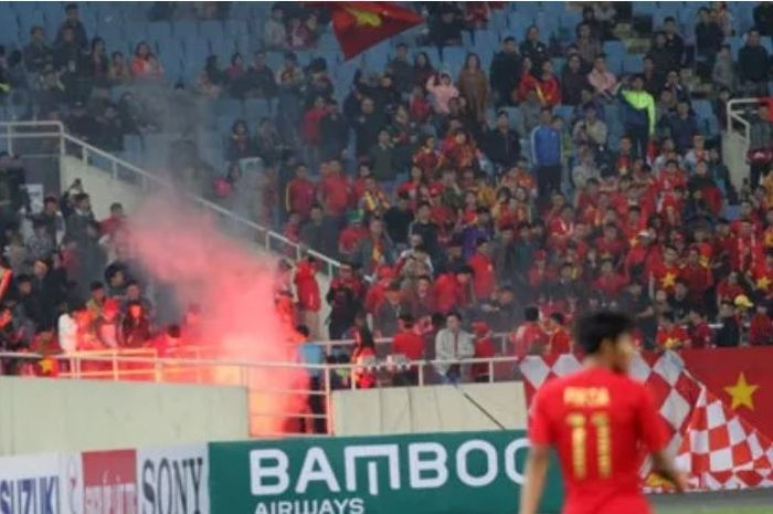 Suporter Timnas U-23 Vietnam mengganggu Timnas U-23 Indonesia dengan menyalakan flare dalam laga Grup K Kualifikasi Piala Asia U-23, Minggu (24/3/2019) malam WIB di Stadion My Dinh, Hanoi, Vietnam