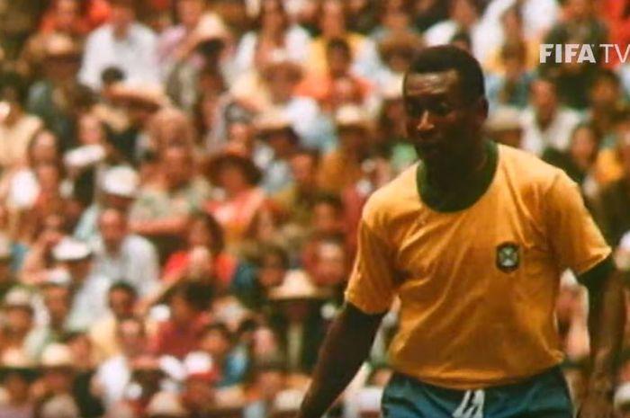 Striker timnas Brasil, Pele, saat beraksi di final Piala Dunia 1970 melawan Italia di Stadion Azteca, Meksiko City.