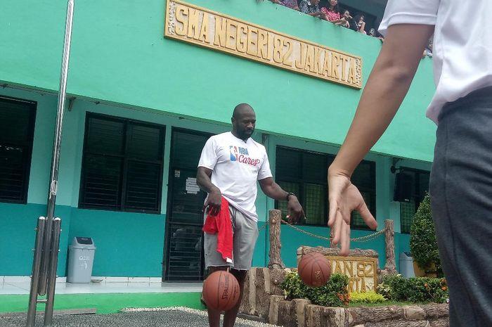 Mantan bintang NBA, Jason Richardson, dalam coaching clinic di SMA 82 Jakarta, Kamis (28/3/2019)