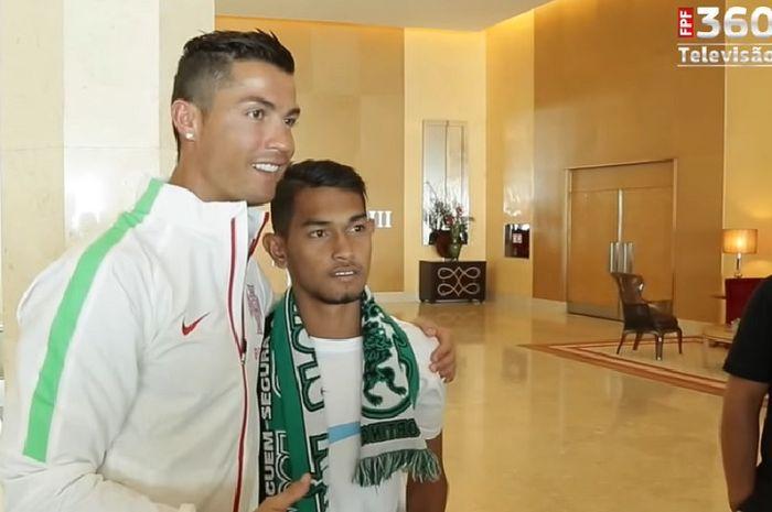 Megabintang timnas Portugal, Cristiano Ronaldo (kiri), berpose dengan Martunis.
