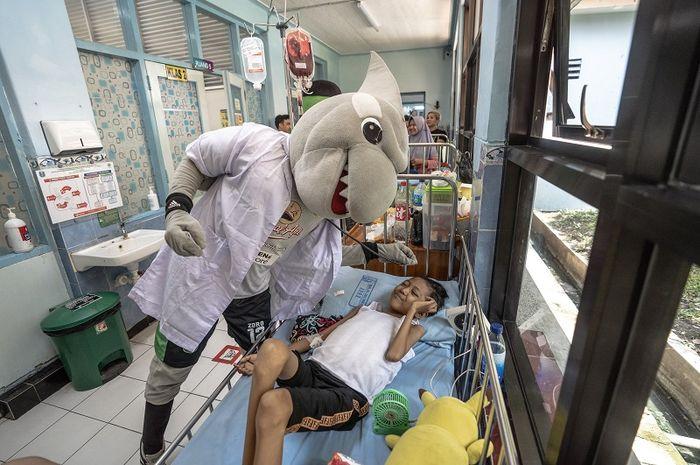 Maskot Persebaya  Surabaya, Jojo dan Zoro, membagikan boneka gratis ke anak penderita kanker.