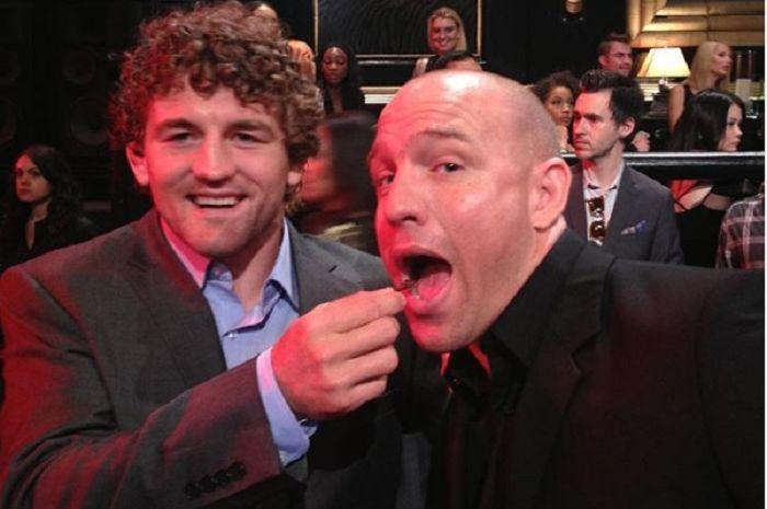 Jimmy Smith (kanan) mantan announcer atau MC MMA yang nyaris memakan 13 isi staples.
