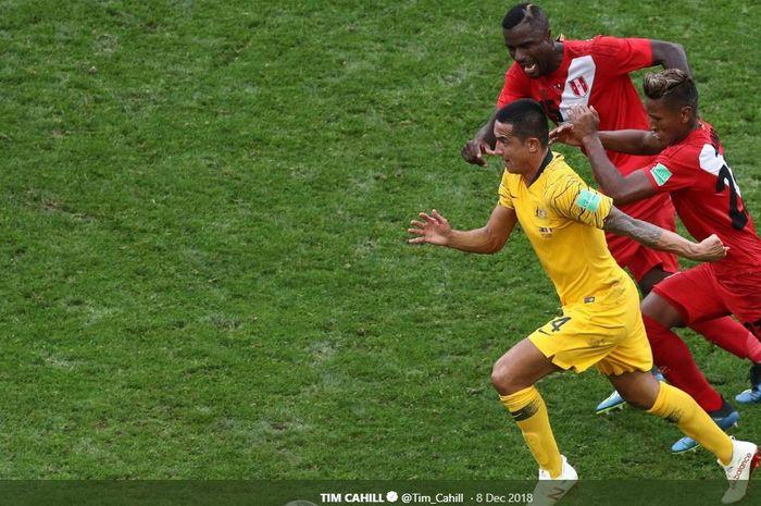 Gelandang  timnas Australia, Tim Cahill, berusaha menggiring bola saat dikejar dua pemain Peru ketika bertanding di Piala Dunia 2018.