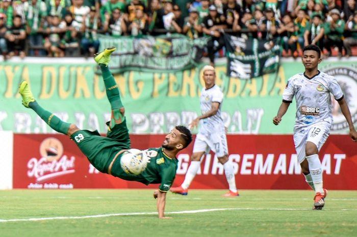 Pemain Persebaya Surabaya, Manuchekhr Dzhalilov ,mencetak gol ke gawang Tira Persikabo dalam babak 8 besar Piala Presiden 2019 di Stadion Gelora Bung Tomo, Jumat (29/3/2019)