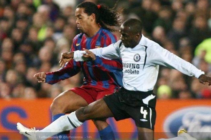 Eks gelandang Chelsea, Claude Makelele, berjibaku dengan legenda FC Barcelona, Ronaldinho.
