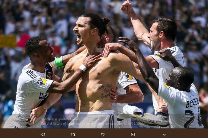 Zlatan Ibrahimovic dikerubungi rekan setim saat merayakan gol untuk LA Galaxy.