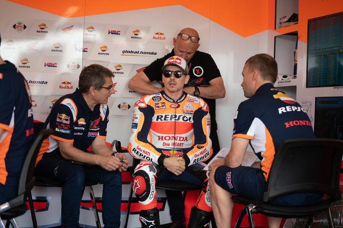 Jorge Lorenzo saat berada di garasi tim Repsol Honda untuk menjalani seri MotoGP Argentina 2019.