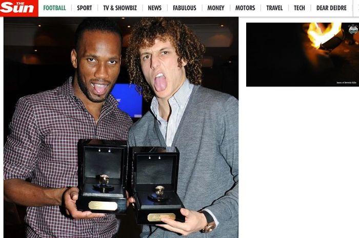 Didier Drogba bersama David Luiz saat memamerkan cincin buatan Jason of Beverly Hills pada 2012 silam.