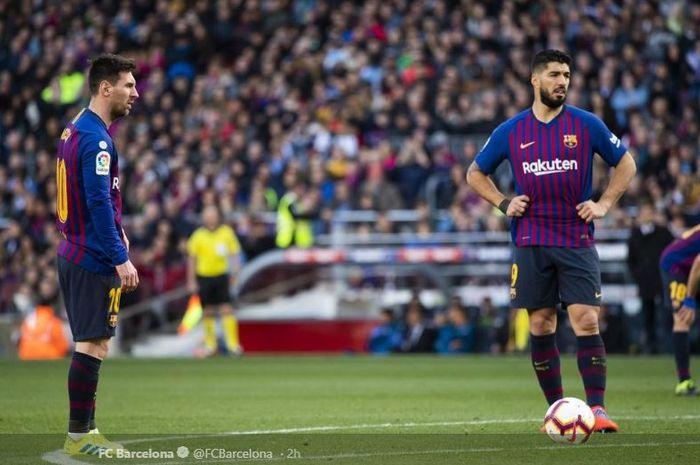Megabintang Barcelona, Lionel Messi (kiri), bersiap mengeksekusi free-kick dalam laga Liga Spanyol melawan Espanyol di Stadion Camp Nou, Sabtu (30/3/2019).