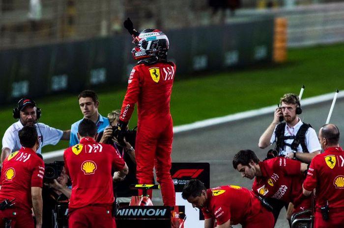 Pembalap Ferrari, Charles Leclerc lakukan selebrasi usai raih pole position pada kualifikasi GP F1 Bahrain, Sabtu (30/3/2019)