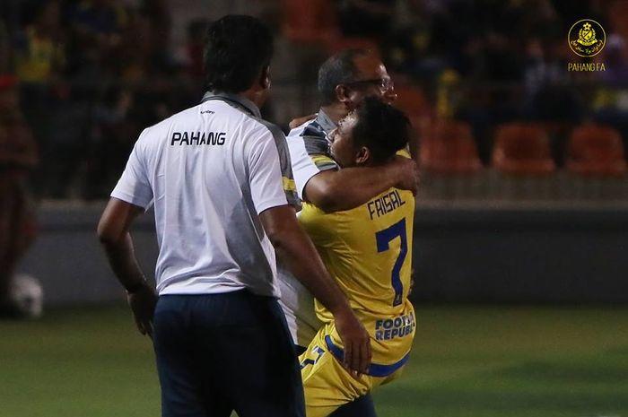 Pelatih Pahang FA, Dollah Salleh dipeluk anak asuhnya Faisal Halim seusai mencetak gol ke gawang tuan rumah Felda United pada pekan ketujuh Liga Super Malaysia 2019 di Stadion Tun Abdul Razak, Jengka, Pahang, 30 Maret 2019.