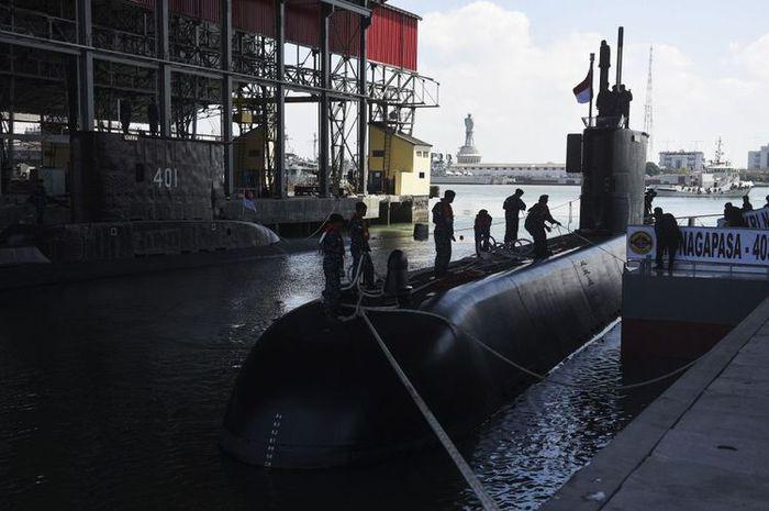 Prajurit TNI AL berusaha menambatkan tali KRI Nagapasa-403 setibanya di Dermaga Kapal Selam Koarmatim, Ujung, Surabaya, Jawa Timur, Senin (28/8). KRI Nagapasa-403 merupakan kapal selam diesel elektrik type 209/1400 pesanan pertama Indonesia kepada Korsel dan menjadi kapal selam ketiga yang dimiliki