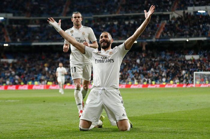 Striker Real Madrid, Karim Benzema, meayakan golnya ke gawang Huesca dalam partai Liga Spanyol di Estadio Santiago Bernabeu, Minggu (31/3/2019)