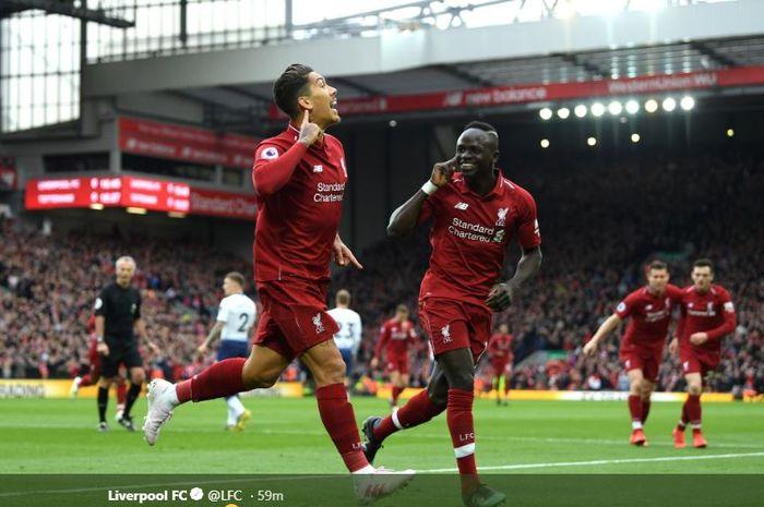 Penyerang Liverpool, Roberto Firmino (kiri), merayakan golnya bersama Sadio Mane dalam laga Liga Inggris melawan Tottenham Hotspur di Stadion Anfield, Minggu (31/3/2019).
