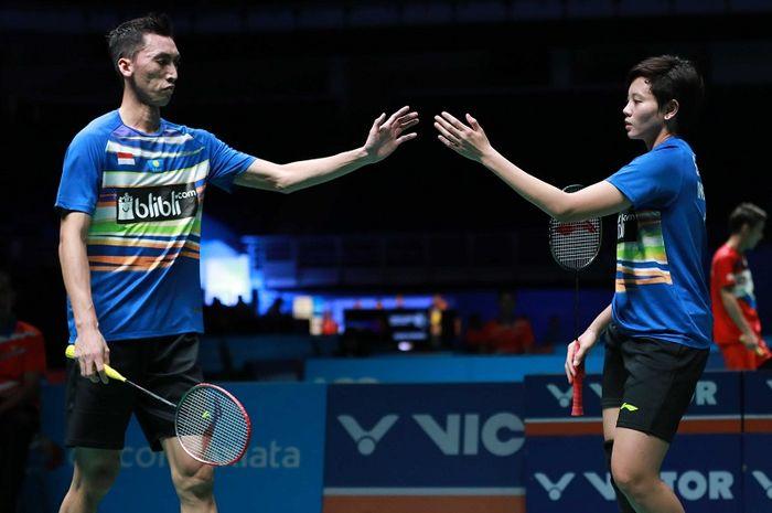 Pasangan ganda campuran Indonesia,  Ronald/Annisa Saufika, melakukan tos pada babak pertama Malaysia Open 2019 di Axiata Arena, Bukit Jalil, Kuala Lumpur, Rabu (3/4/2019).