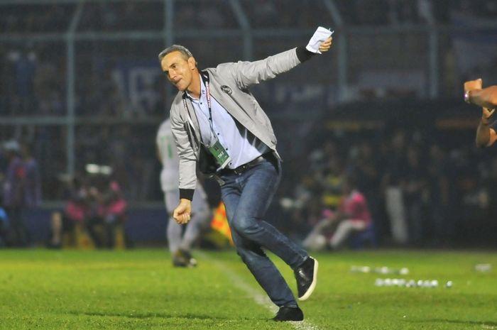Pelatih Arema FC, Milomir Seslija, meluapkan rasa bahagia setelah timnya menang telak 3-0 atas Kalteng Putra di semifinal Piala Presiden 2019.