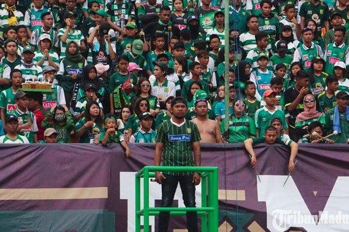 Bonek mengheningkan cipta saat mengenang Eri Irianto di Stadion Gelora Bung Tomo, Rabu (3/4/2019).