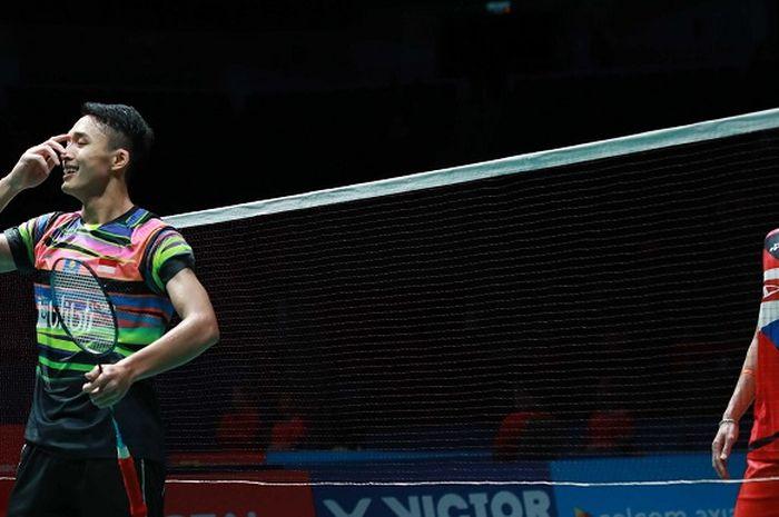 Pebulu tangkis tunggal putra Indonesia, Jonatan Christie, bereaksi setelah mengalahkan Kento Momota (Jepang) pada laga babak kedua Malaysia Open 2019 di Axiata Arena, Bukit Jalil, Kuala Lumpur, Kamis (4/4/2019).