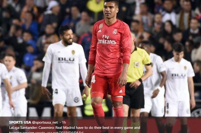 Gelandang Real Madrid, Casemiro, tertunduk lesu usai timnya dikalahkan Valencia 1-2