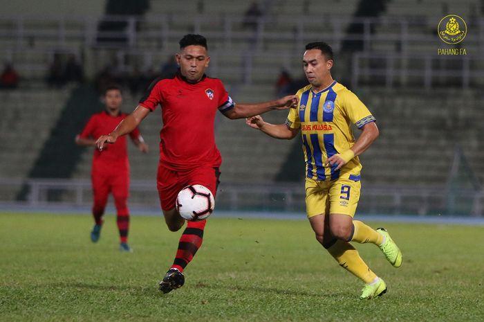 Striker senior Pahang FA, Nohshahrul Talaha alias Mat Yo (kanan) saat berebut bola dengan pemain PIB FC pada ronde kedua Piala FA Malaysia 2019 di Stadion Darul Makmur, Kuantan, 3 April 2019.