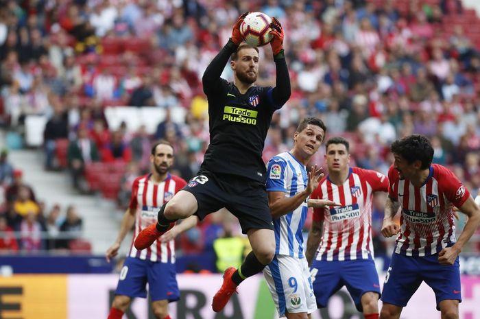 Kiper Atletico Madrid, Jan Oblak, menangkap bola pada sebuah laga Liga Spanyol.