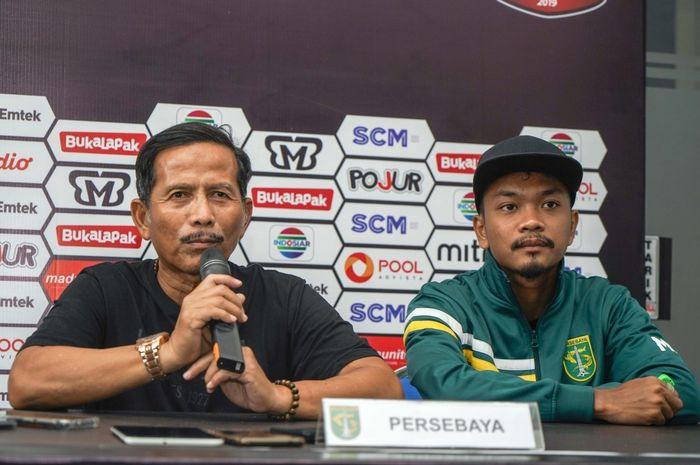 Pelatih Persebaya Surabaya, Djadjang Nurdjaman (Djanur), memberikan komentar saat sesi konferensi pers sebelum pertandingan timnya melawan Madura United pada leg kedua semifinal Piala Presiden 2019 di Stadion Gelora Ratu Pamelingan, Madura, Sabtu (6/4/2019).