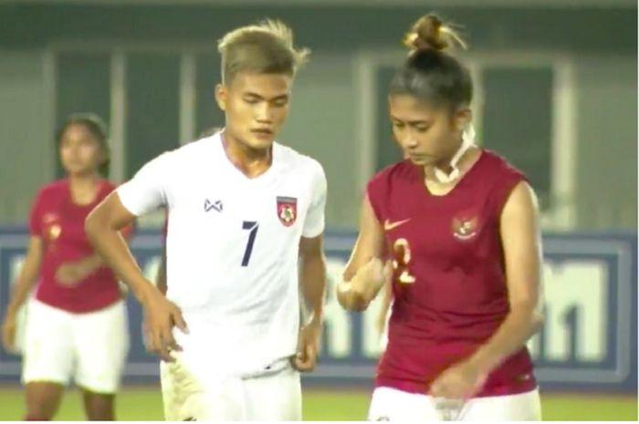 Bek Timnas Putri Indonesia Octa Berti Hardiyanti (kanan) berhadapan dengan striker Timnas Putri Myanmar Win Theingi Tun yang mencetak gol ketiga dalam duel Kualifikasi Olimpiade 2020 di Stadion Mandalarthiri, Mandalay, Myanmar, Sabtu (6/4/2019) malam WIB.