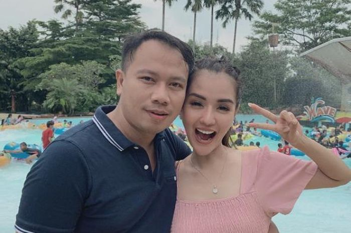 Vicky Prasetyo harus rela niatannya untuk menikah di gua batal. Putus dari Anggia Chan, Vicky ingin cari istri berakhlak mulia.