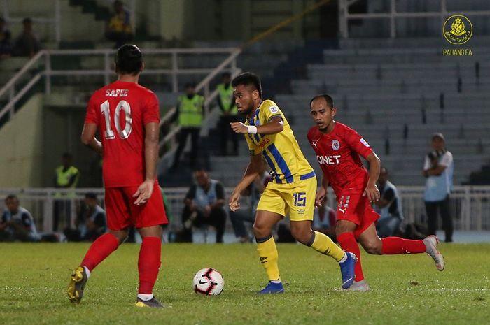 Pemain sayap asal Indonesia, Saddil Ramdani (15) saat membela Pahang FA yang menjamu Petaling Jaya City pada pekan kedelapan Liga Super Malaysia 2019, 7 April 2019.