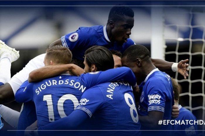 Para pemain Everton merayakan gol Phil Jagielka ke gawang Arsenal dalam pertandingan Liga Inggris di Goodison Park, Minggu (7/4/2019)