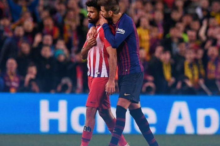Diego Costa saat dikawal Gerard Pique ke pinggir lapangan pasca mendapat kartu merah dalam lanjutan Liga Spanyol pekan ke-31.